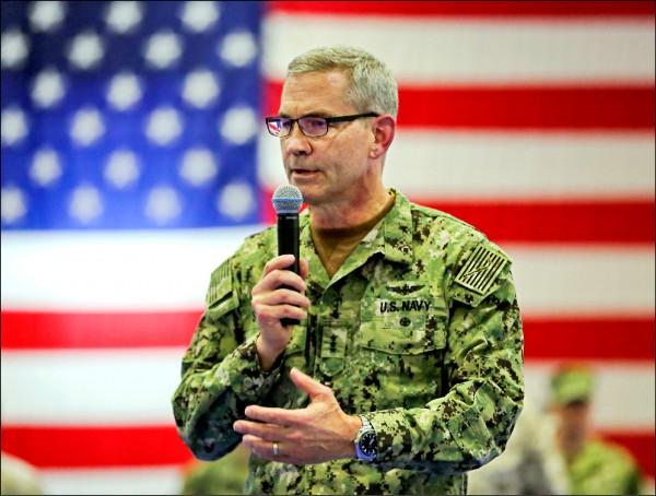 美國海軍中央司令部指揮官、海軍中將史提爾尼一日被發現在位於巴林的住處死亡,暫無他殺嫌疑。圖為史提爾尼今年七月在巴林向海軍官兵致詞。(歐新社檔案照)