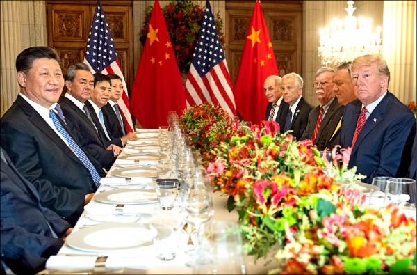 美國總統川普(右前)與中國國家主席習近平(左前)在阿根廷舉行的二十國集團高峰會期間進行「川習會」,雙方達成協議,美國暫緩對中國二千億美元產品調高關稅,讓雙方有九十天時間繼續協商。 (美聯社)