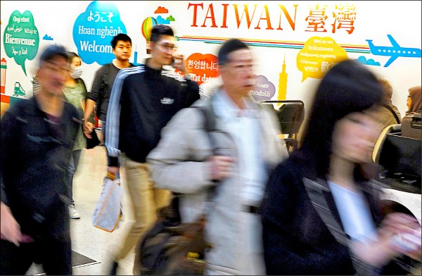 今年來台國際旅客在昨晚達到第一千萬名來台人數,不僅連續四年突破年度來台千萬旅客的紀錄,且較去年提前近兩週達標。(資料照)