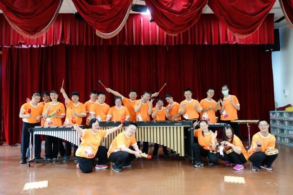 新竹市成軍近20年的天主教仁愛社會福利基金會天使打擊樂團,今年獲全國身心障礙才藝競賽冠軍,相當不簡單,學員全部都是身障天使,表演讓人動容與佩服。(圖由基金會提供)