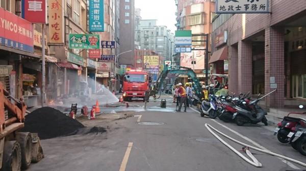 大業路天然氣管線挖破冒出大火,消防隊員緊急灑水降溫。(記者周敏鴻翻攝)