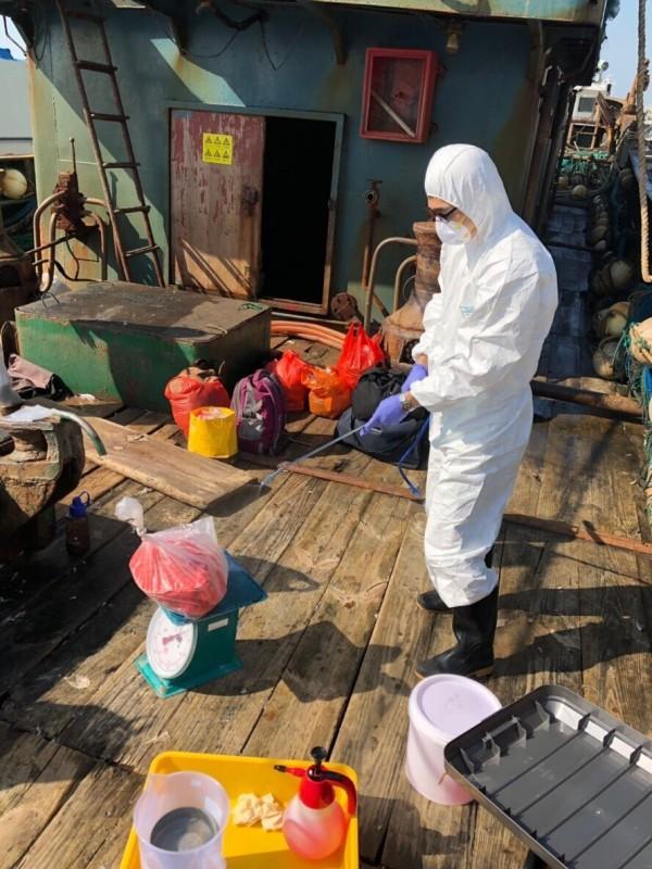 海巡署新竹海巡隊在新竹外海查獲越界捕魚的中國漁船,並查獲可疑豬肉,已由農委會防疫人員處理,確保禁止中國可疑豬肉進入台灣境內,並將越界漁船共12人依法送辦。(記者洪美秀翻攝)