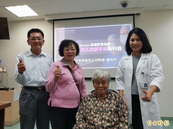 86歲阿嬤至柳營奇美醫院求診發現12公分卵巢腫瘤,經以自然孔微創手術,目前已恢復正常,今由家人陪同感謝婦產部醫師魏君卉(右一)。(記者王涵平攝)