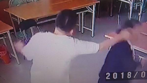 吳姓男子出拳打人,被警方傳喚作筆錄時,自稱有議員身分。(記者王捷翻攝)