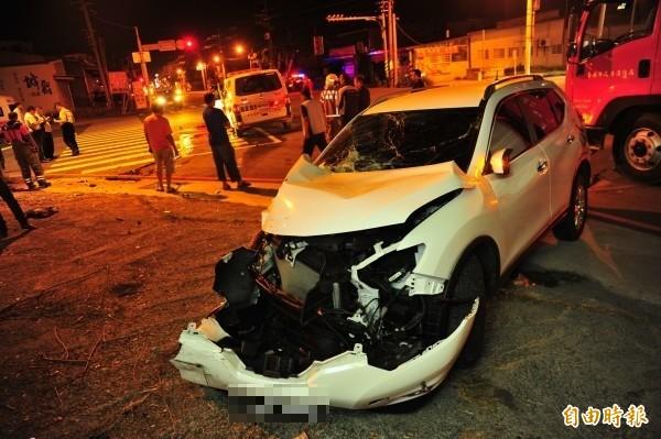 轎車與救護車撞擊後相隔約4、5公尺。(記者王捷攝)