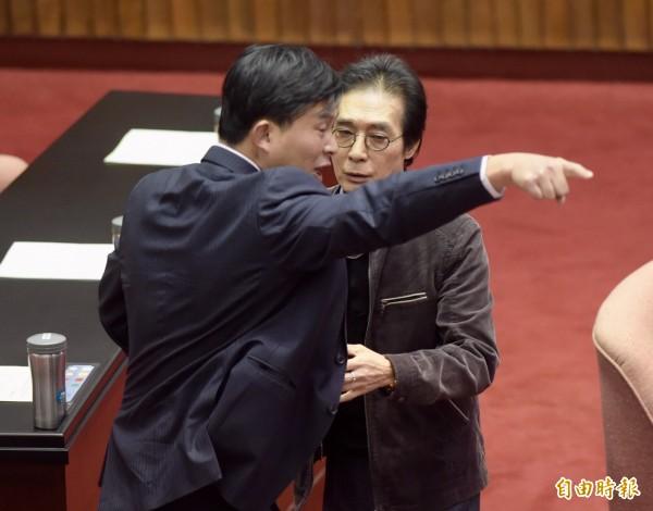 黃國昌稱張政源睜眼說瞎話的能力不輸前局長,並質問他:「誰教你在國會說謊的?」(資料照)