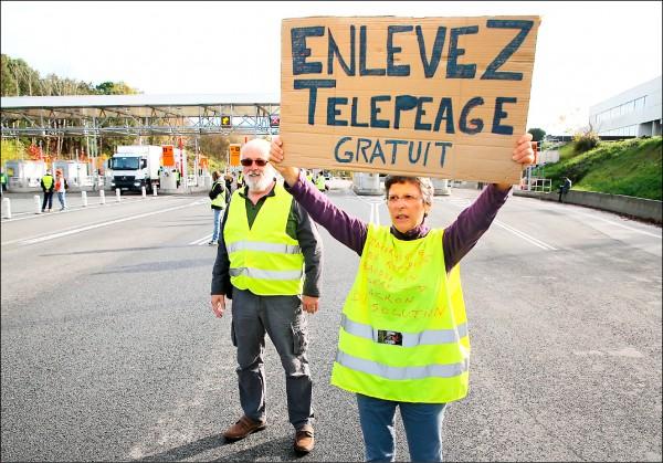 法國西南部比亞里茨(Biarritz)的示威者,主張高速公路免通行費,要求廢除電子自動收費系統。(美聯社)