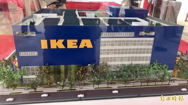 桃園青埔IKEA完工後的模型示意圖,也是全台樓地板面積最大的IKEA。(記者李容萍攝)