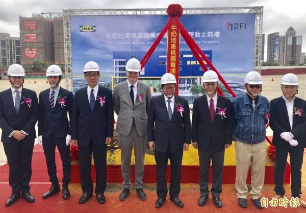 鄭文燦(右5)表示IKEA進駐將帶動青埔整體地區發展,吸引更多市民、遊客、消費者到青埔。(記者李容萍攝)