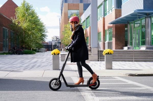 美國麻省理工學院(MIT)新創公司Superpedestrian預定明年推出可自行檢修機械問題的「工業級電動滑板車」。(取自Superpedestrian官網)