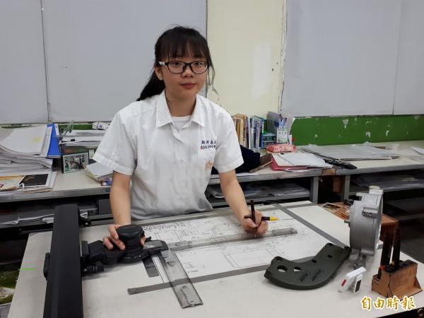新竹高工夜校學生葉麗娟,不因家境清寒,力爭上游,獲全國技藝競賽機械製圖第一名。(記者洪美秀攝)