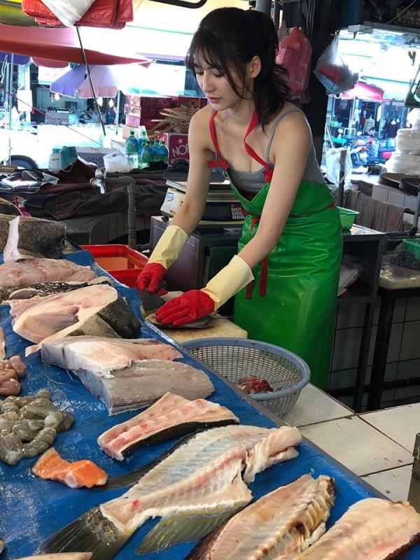 賣魚正妹認真工作。(圖擷取自臉書「爆廢公社二館」)