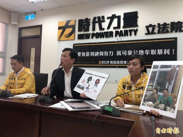 時力立委黃國昌(中)與高雄市議員當選人黃捷、林于凱召開爆料記者會。(記者陳昀攝)