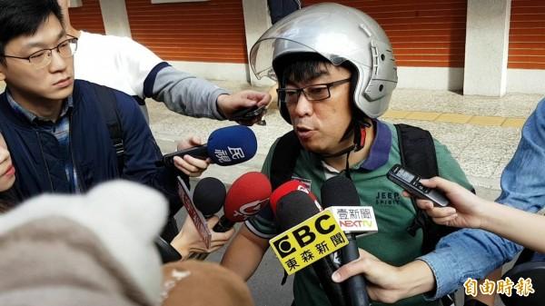 民進黨立委段宜康戴著安全帽受訪。(記者謝君臨攝)