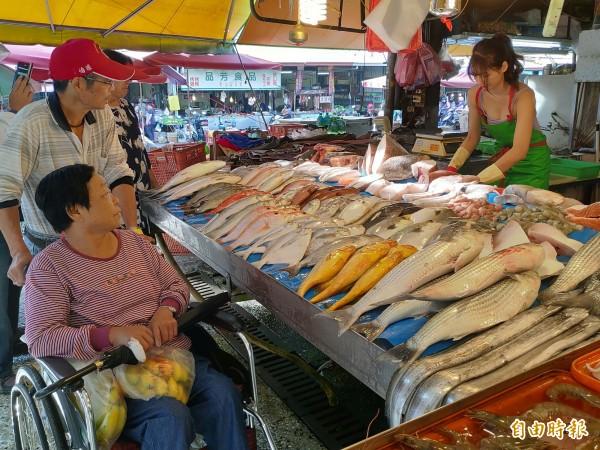 社頭菜市場出現最美魚販,不少民眾爭相前往購買。(記者陳冠備攝)