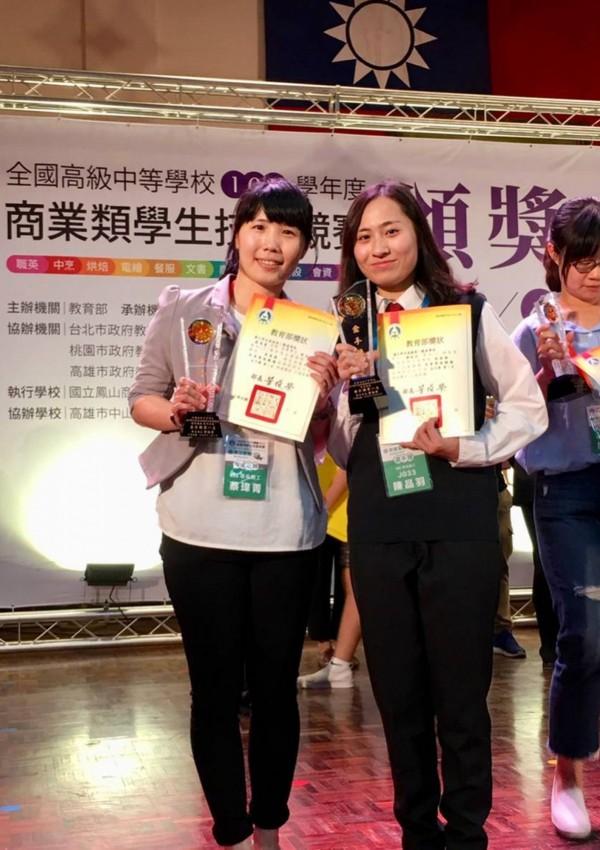 草屯商工商經科陳品羽(右)在商業簡報類獲「金手獎」第1名。(草屯商工提供)
