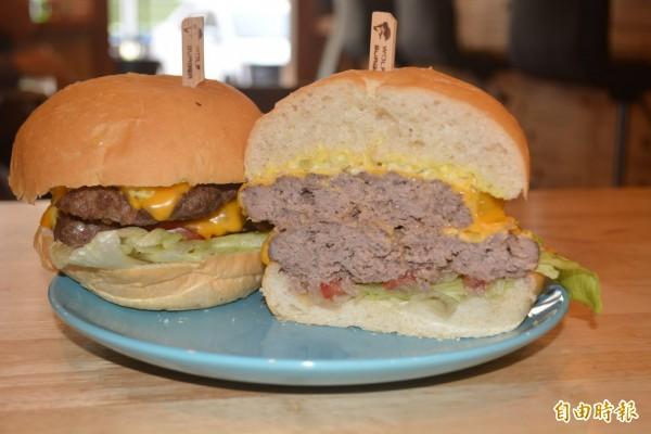 台中霧峰「狼堡」美式餐廳裡的起司雙牛堡,滿滿12盎司的牛肉,讓大胃王吃過後都很滿足。(記者陳建志攝)