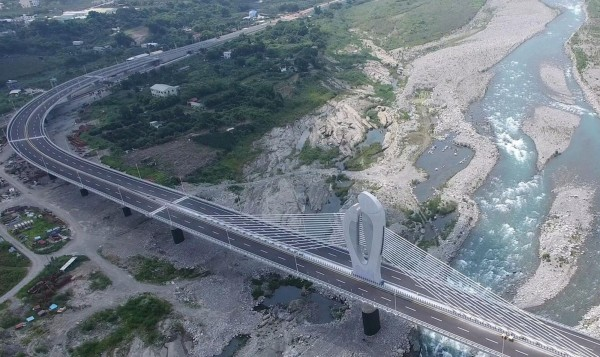 東豐快速道路跨大甲溪脊背橋塔,「鯉躍龍門」將成當地新地標。(台中市政府提供)