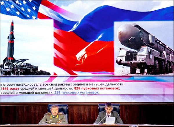 俄羅斯武裝部隊參謀總長吉拉西莫夫(左)五日在莫斯科指出,若美國毀棄「中程核武條約」,俄國勢將予以回應。 (美聯社)