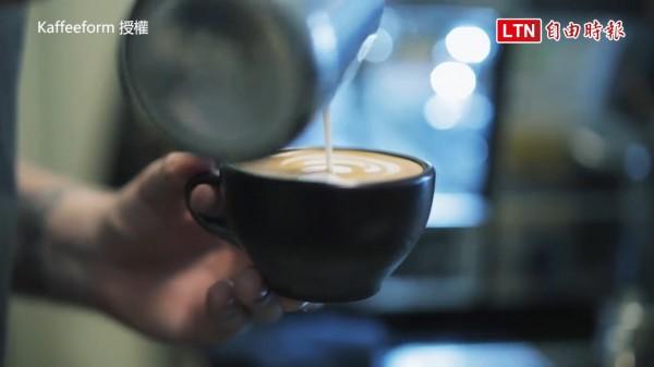 Kaffeeform的創辦人Julian Lechner,發明了一款以廢棄咖啡渣製作而成的咖啡杯。(授權:Kaffeeform)