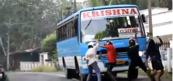 印度一群學生日前因在馬路中間拍攝「抖音」,和村民爆發衝突。圖中人物與本文無關。(圖擷取自YouTube)