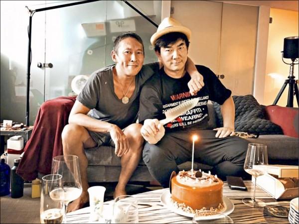 任賢齊(右)為了拍「跑馬」,短短半年從74公斤增肥到100公斤,如今導演鈕承澤驚爆性侵醜聞,恐讓敬業的任賢齊白肥了。(取自鈕承澤微博)