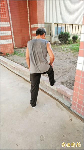 因嚴重超時上班致腦溢血昏迷的楊男,經過將近4年復健才勉強能走路。(記者李立法攝)