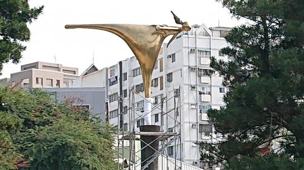 湯德章紀念公園公共藝術作品「迎風之舞」。(莉莉水果文化館李文雄提供)