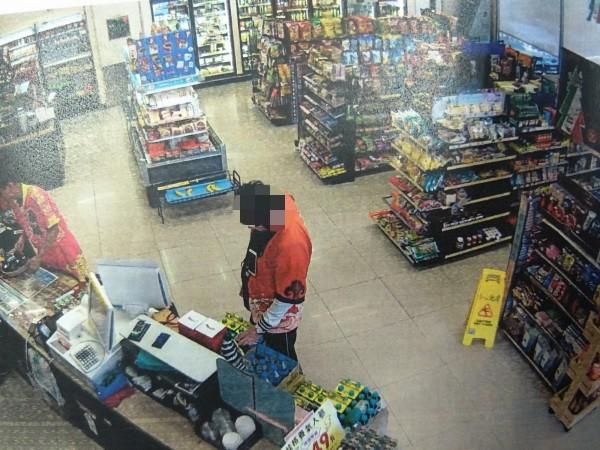 竊賊無能力買瑪莎拉蒂跑車,就到超市偷瑪莎拉蒂跑車模型,被警方查獲移送。(記者蘇金鳳翻攝)
