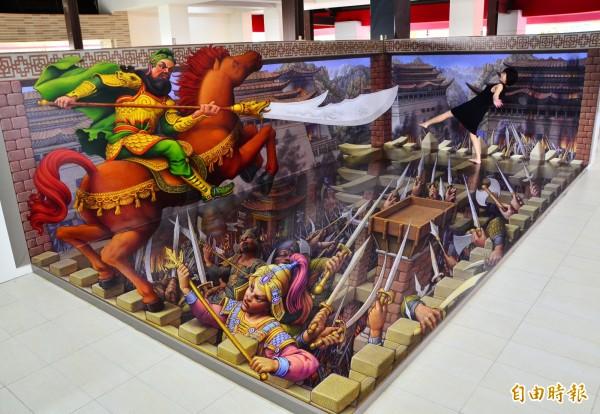 世界知名的繪畫大師Kurt Wenner創作的3D地景藝術,以武聖關公為主題,讓民眾留下趣味合影。(記者吳俊鋒攝)