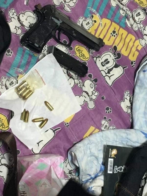 許姓毒販寄放女友處的槍彈。(記者廖淑玲翻攝)