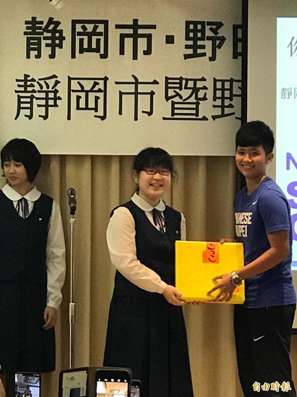 日本靜岡市安倍川中學學生代表(中)致贈台灣選手訓練時拍攝的海報留念(記者彭琬馨攝)