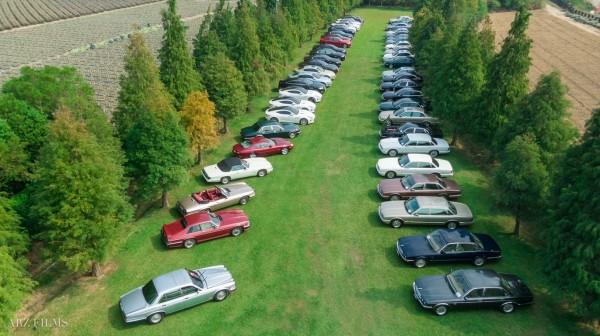 數十輛Jaguar在大草原停放的美景,有如在歐洲。(ARZ Films及台灣Jaguar俱樂部授權提供)