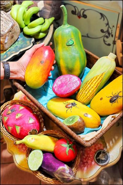 栩栩如真的水果系列石頭彩繪,常讓造訪者嘖嘖稱奇。(記者李惠洲/攝影)