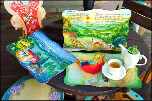 劉順光在咖啡屋的杯墊板繪上當天所見的動植物,寫成圖文並茂的「日記」。(記者李惠洲/攝影)