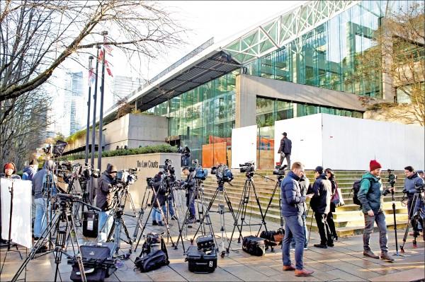 加國法院7日召開中國華為財務長孟晚舟的保釋庭,大批媒體記者在溫哥華法院外守候。(路透)