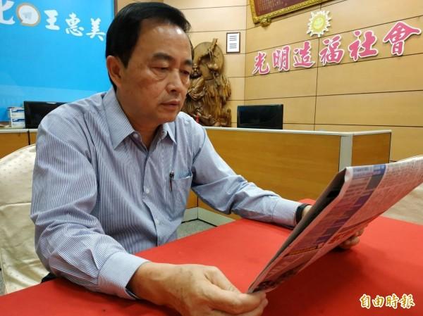 前立委林滄敏今天仔細閱讀段、魏的公開道歉文。(記者劉曉欣攝)