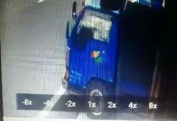陳嫌、張嫌等人涉嫌新北市鶯歌一間輪胎行近百條日本進口輪胎竊案,圖為嫌犯開走滿載輪胎的貨車。(記者吳仁捷翻攝)