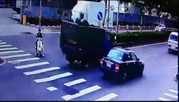 陳嫌、張嫌等人涉嫌新北市鶯歌一間輪胎行近百條日本進口輪胎竊案,圖為搭載輪胎的貨車(左)。(記者吳仁捷翻攝)