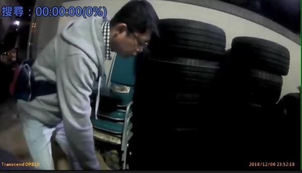 陳嫌、張嫌等人涉嫌新北市鶯歌一間輪胎行近百條日本進口輪胎竊案,圖為三峽警方到雲林起出遭竊的16條輪胎。(記者吳仁捷翻攝)