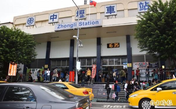 中壢火車站前正在裝設監錄、車牌辨識系統與LED警示牌面,預計21日完成建置。(記者李容萍攝)