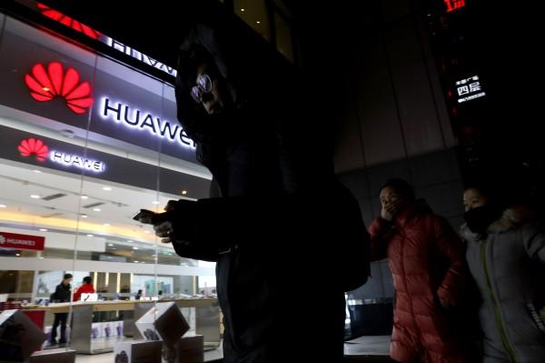 中國企業力挺華為,公告將處罰使用iPhone手機的員工。(美聯社)