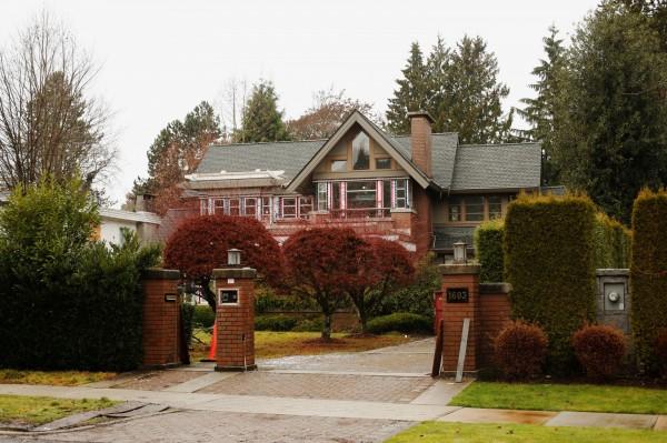 孟晚舟在溫哥華桑那斯社區的豪宅位於馬修斯大道上,從外觀的煙囪推斷,1樓客廳應有壁爐。(路透)