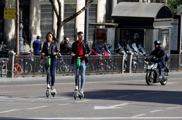 共享電動滑板車亂象多,馬德里市政府限期下架。(路透)