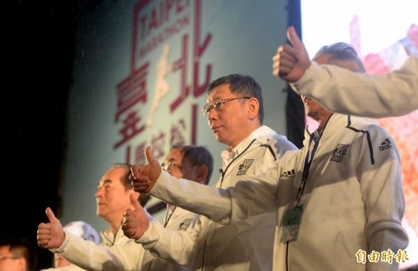 台北市長柯文哲(見圖中)說「雙城論壇不搞奇奇怪怪的事」,台北市議員梁文傑解讀,因為承認「一中」的準高雄市長韓國瑜已經取代柯文哲的地位,柯再談「兩岸一家親」,中國一點也不稀罕。(記者林正堃攝)