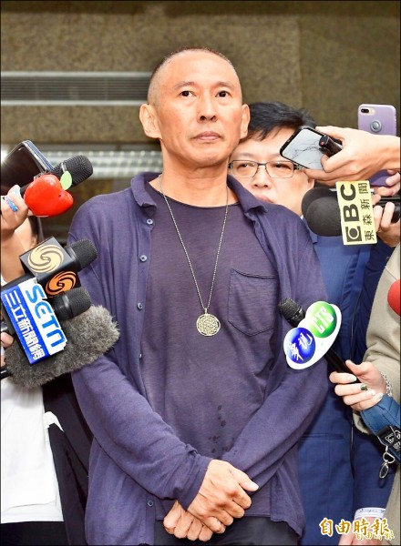 鈕承澤涉嫌性侵女工作人員,預定今天到庭複訊,圖為他日前步出警局面對媒體。(記者羅沛德攝)