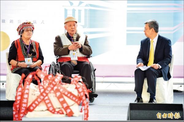 副總統陳建仁(右)10日出席「平復司法不法之第二波刑事有罪判決撤銷公告儀式」,會中和原住民政治受難者邱致明(右2)、妻子高白蘭(右3)對話。(記者黃耀徵攝)