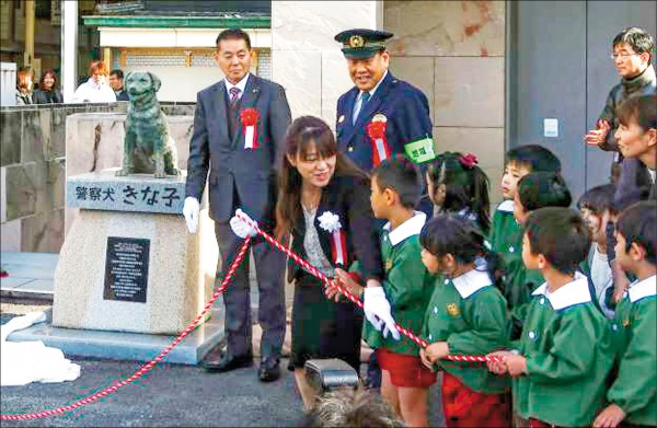香川警察犬銅像揭幕。(取自網路)