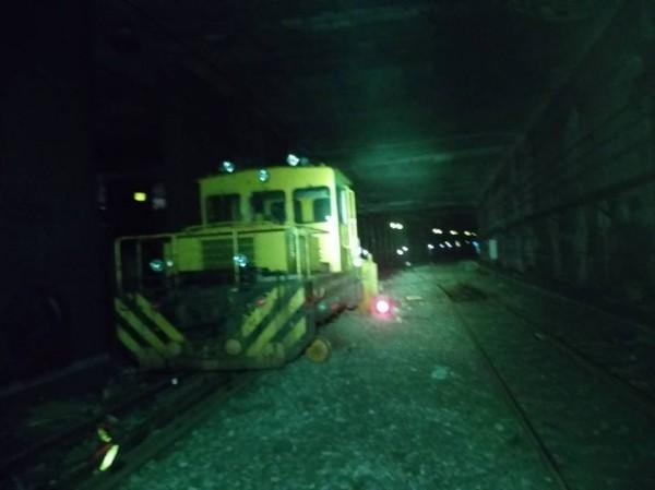 工程車發生意外,輾斃台鐵調車人員。(記者鄭景議翻攝)