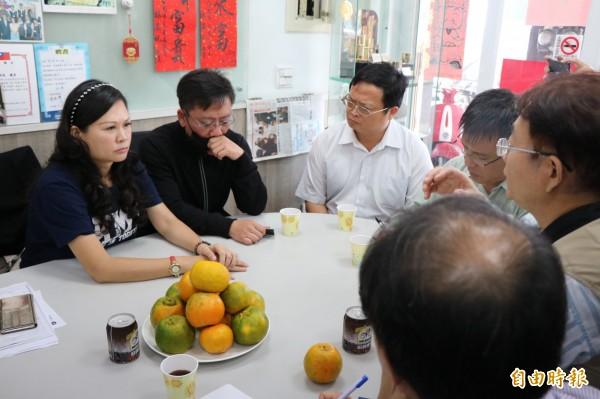 台南一名小六男童疑受刺激墜樓,家長今在市議員林燕祝的陪同下,與相關單位進行會談。(記者萬于甄攝)